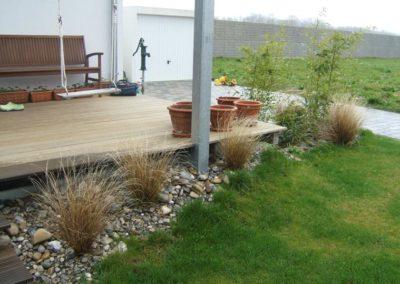 Holzterrasse mit Bepflanzung